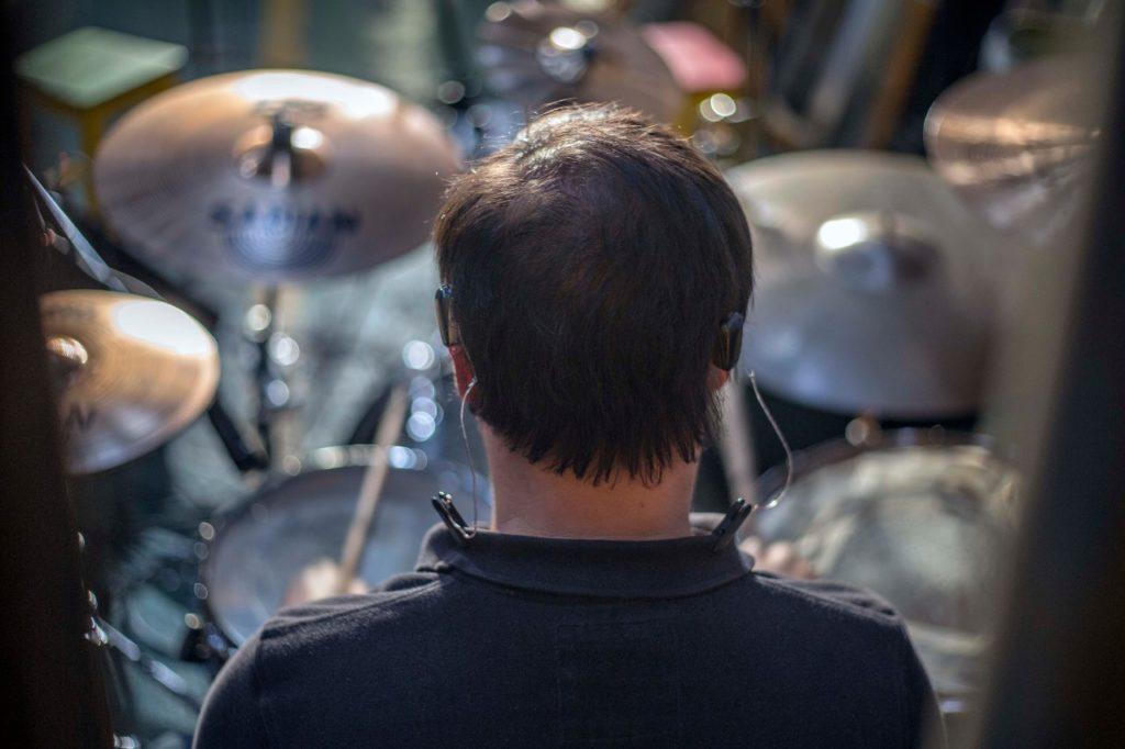 experimentando a música através de um implante de condução óssea bilateral